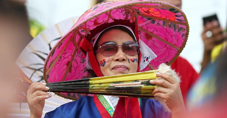 Torcedora coreana usa chapéu típico para torcer em partida contra a Bélgica no Itaquerão
