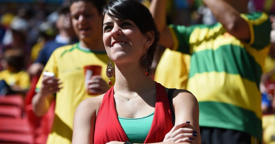 Torcedora portuguesa espera o apito inicial da partida contra Gana em Brasília