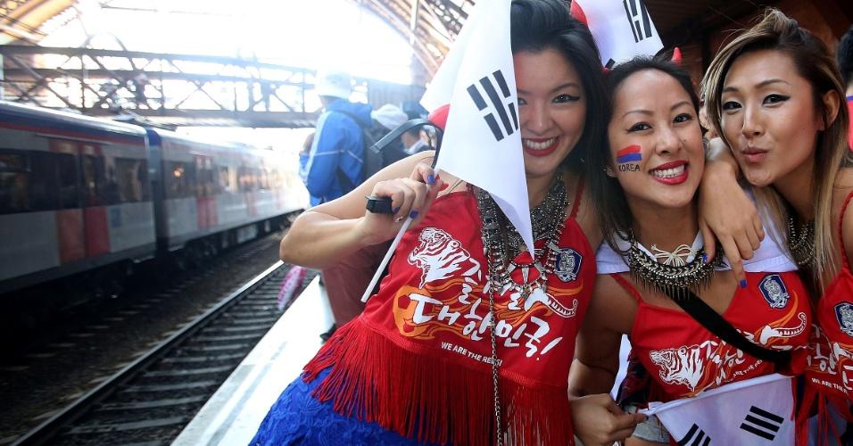 Torcedoras da Coreia do Sul esperam trem para o Itaquerão antes do jogo contra a Bélgica