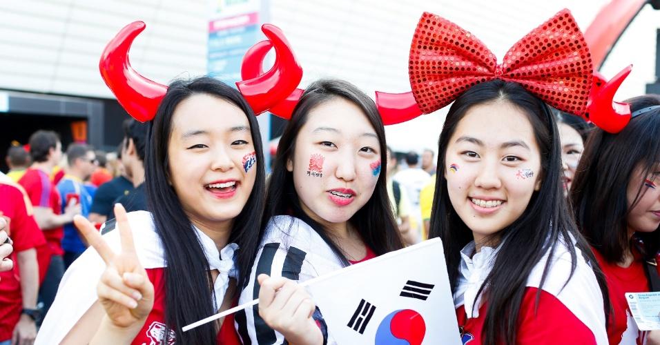 Torcedoras da Coreia do Sul posam para foto em frente ao estádio Itaquerão, em São Paulo