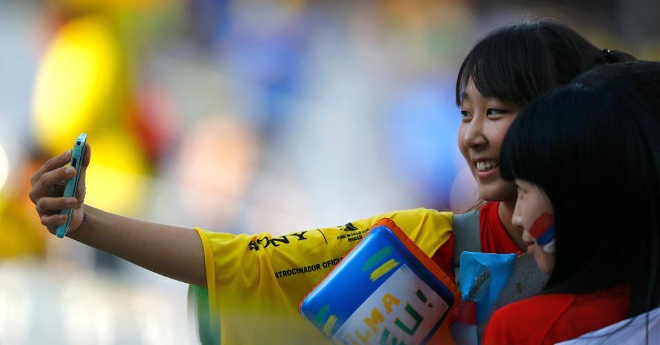 Torcedoras da Coreia do Sul tiram selfie antes de partida contra Bélgica, no Itaquerão