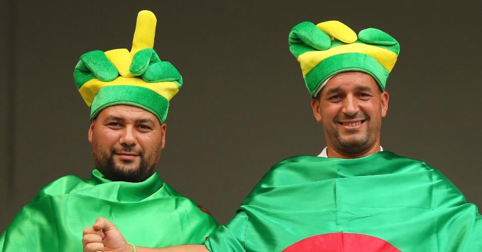 Torcedores argelinos aguardam o início da partida contra a Rússia, na Arena da Baixada