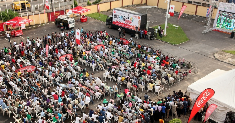 Torcedores assistem à partida entre Nigéria e Argentina em um telão, colocado na cidade de Lagos. Apesar da derrota, os africanos avançaram às oitavas de final