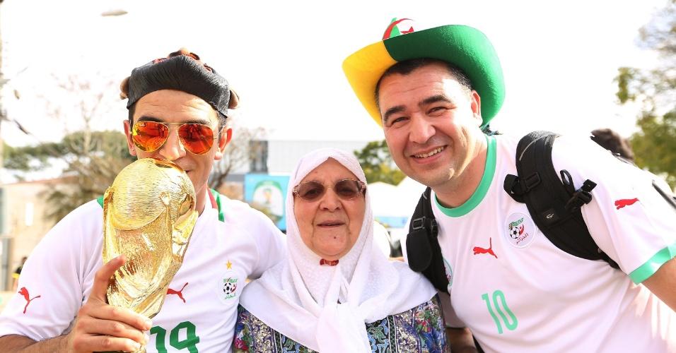 Torcedores da Argélia chegam à Arena da Baixada com réplica da taça da Copa do Mundo
