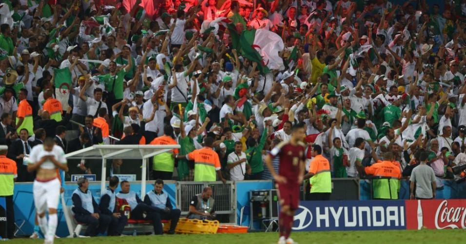 Torcedores da Argélia comemoram o gol de empate contra a Rússia com sinalizador na Arena da Baixada