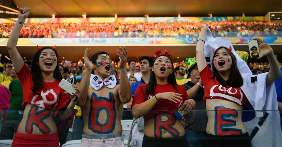 Torcedores da Coreia do Sul pintaram as letras da equipe no corpo