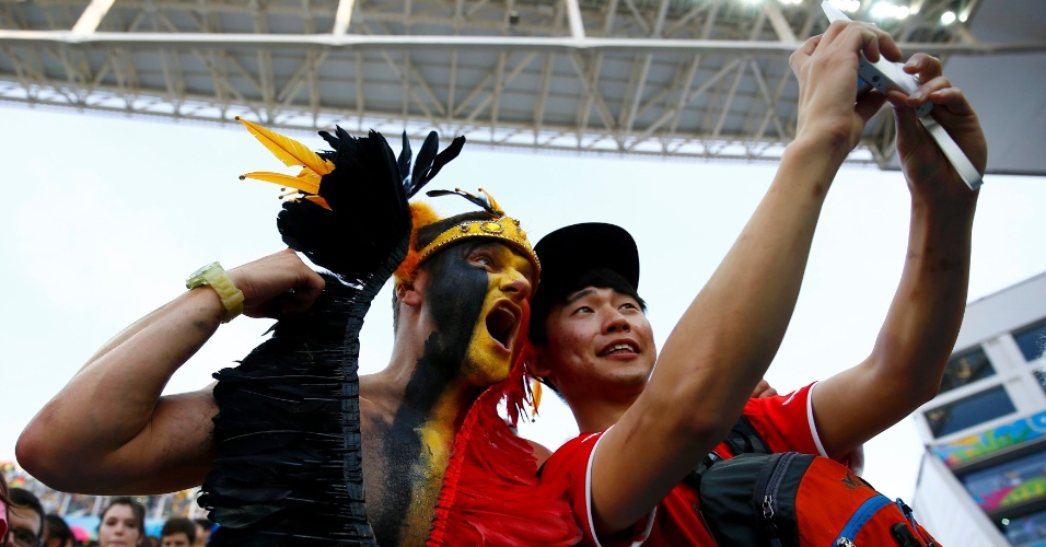 Torcedores de Bélgica e Coreia do Sul confraternizam e tiram selfie no Itaquerão