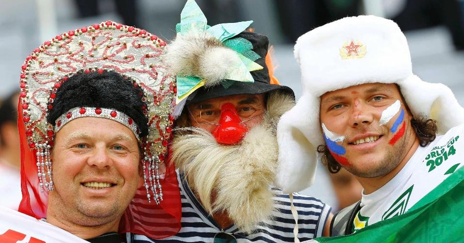 Torcedores russos capricham no visual para assistir à partida contra a Argélia, na Arena da Baixada