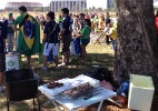 Torcida sem ingresso faz churrasco e batucada na porta do Mané Garrincha - Aiuri Rebello/UOL