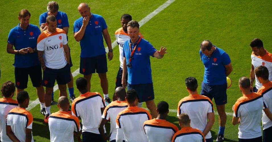 Treinador Louis van Gaal fala com seus jogadores durante treino da Holanda no Rio de Janeiro