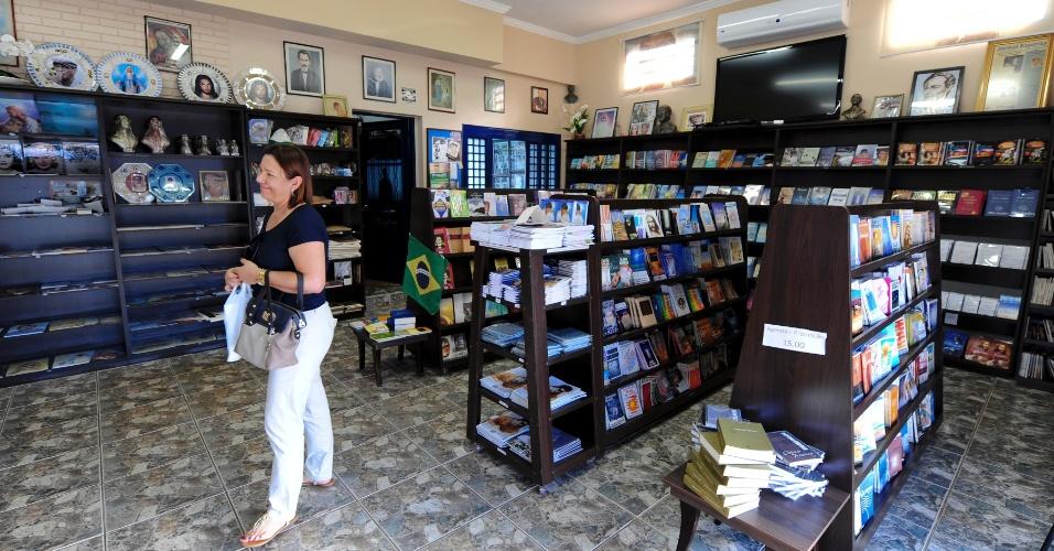 Público visita a livraria anexa à Casa de Memórias e Lembranças Chico Xavier, um dos pontos turísticos ligados à memória do médium