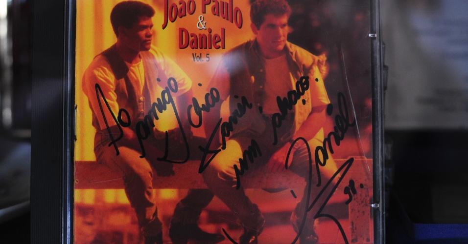 Imagem de CD com autógrafo do cantor Daniel, uma das muitas celebridades que visitaram Chico Xavier em Uberaba
