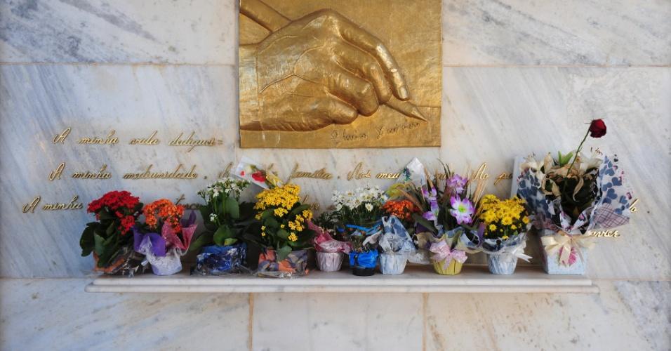 Admiradores, simpatizantes do espiritismo e gente de toda ordem em busca de conforto visita o túmulo de Chico Xavier semanalmente