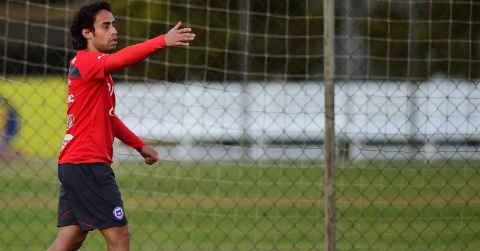 Valdívia gesticula em treino do Chile, em Belo Horizonte
