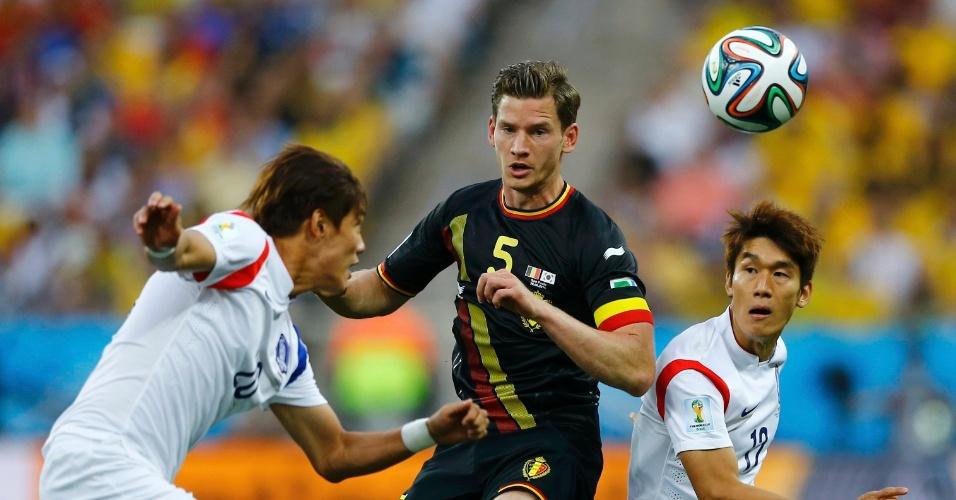 Vertonghen enfrenta a dupla marcação de Jeong-ho e Lee Yong durante partida entre Coreia do Sul e Bélgica, no Itaquerão
