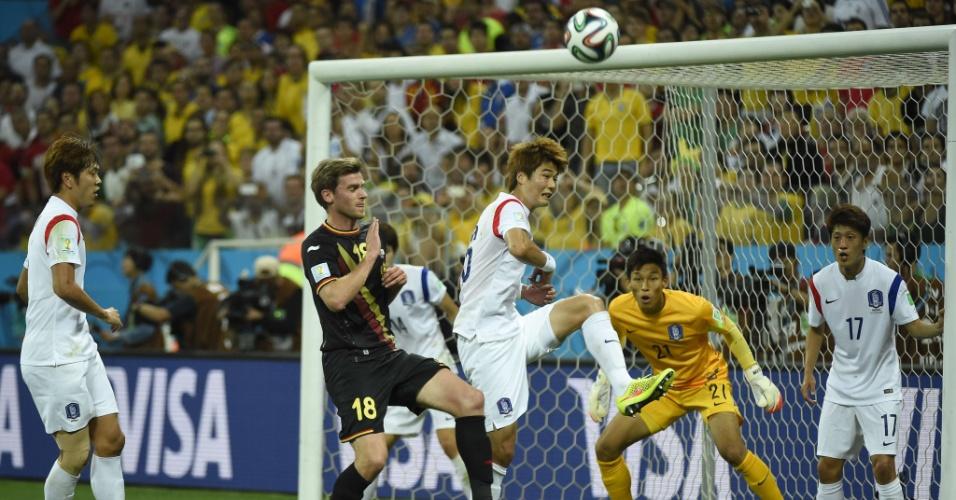 Zagueiro Sung-Yueng sobe para afastar de cabeça o perigo da área da Coreia do Sul em jogo contra a Bélgica