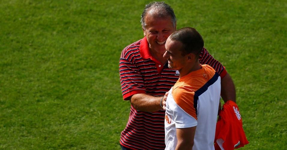 Zico cumprimenta Sneijder durante treino da seleção holandesa na Gávea