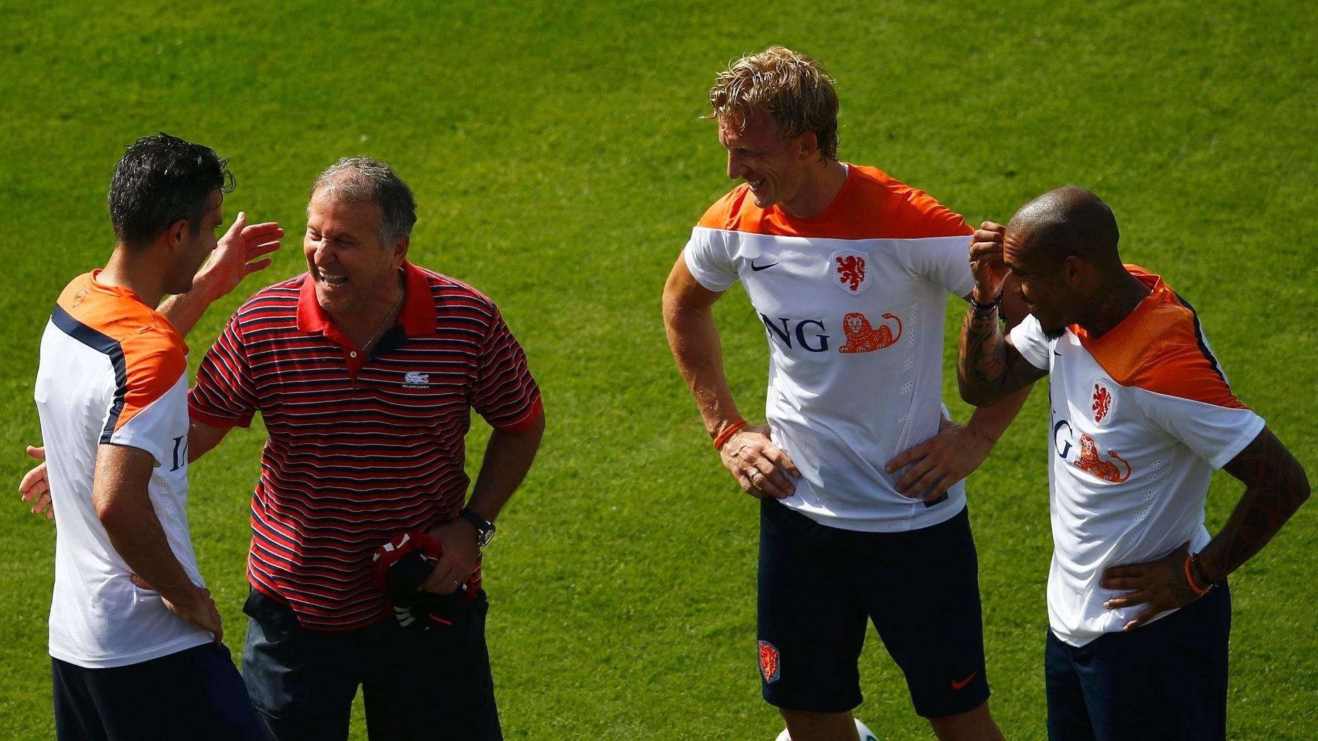 Zico, ex-jogador do Flamengo e da seleção brasileira, se diverte com jogadores da Holanda durante treino na Gávea