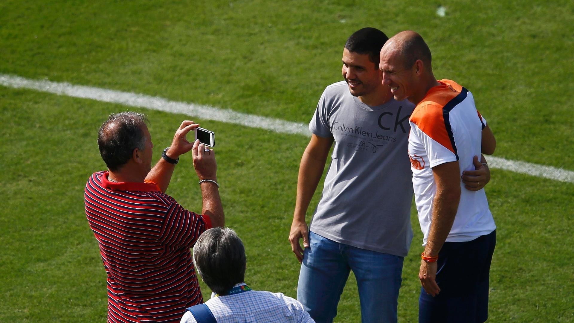 Zico tira uma foto do seu filho Bruno ao lado do meia Robben, da seleção holandesa