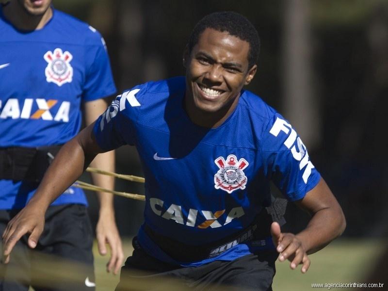 18 jun. 2014 - Elias se esforça durante treinamento físico realizado pelo Corinthians na cidade de Extrema, em Minas Gerais