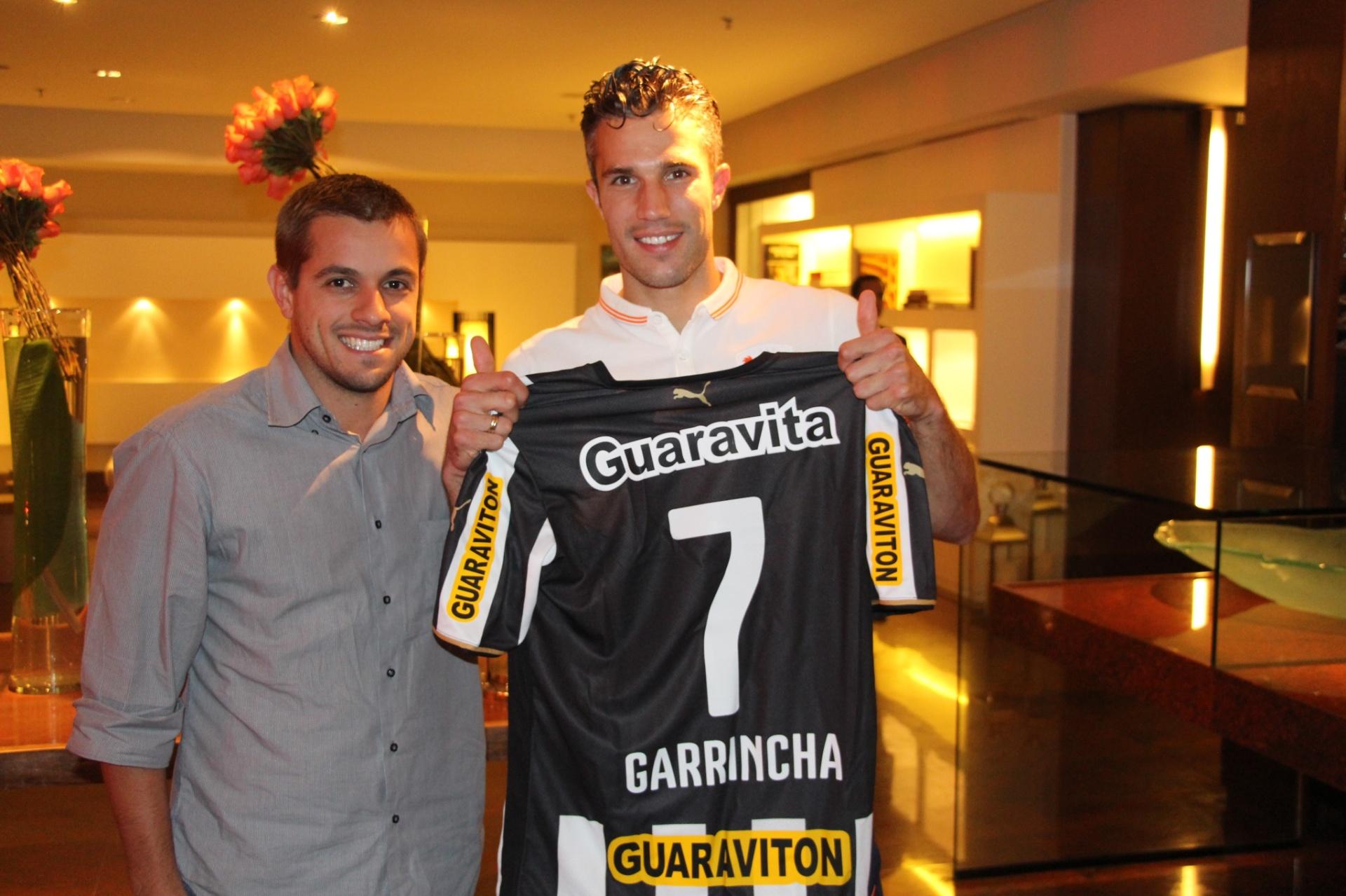 Botafogo homenageia holandês van Persie com camisa nº 7 de Garrincha - 27 06  2014 - UOL Esporte 81d349bec791e