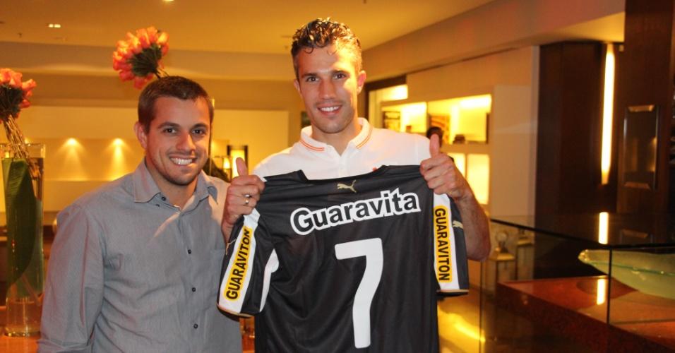 26 jun. 2014 - Holandês Robin van Persie recebe camisa do Botafogo, com número 7 e nome de Garrincha