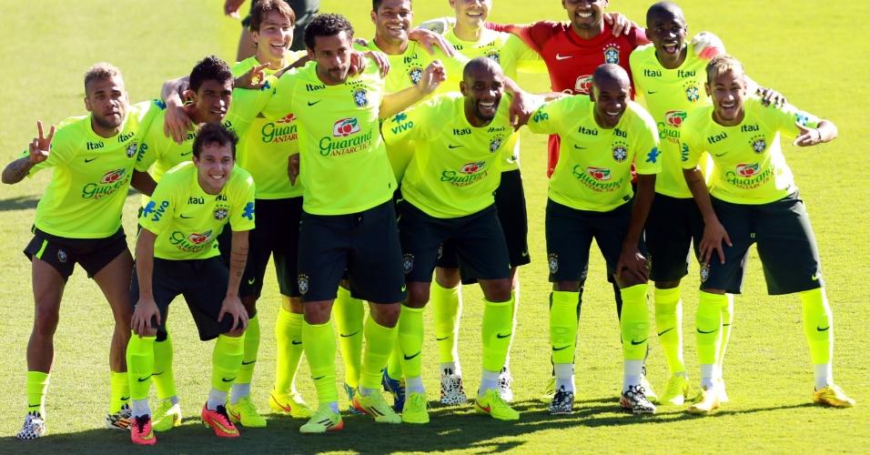 27.jun.2014 - Bem-humorados, jogadores da seleção fazem 'foto oficial' antes de rachão no treino em Belo Horizonte