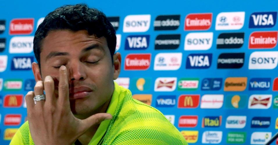 27.jun.2014 - Capitão da seleção brasileira, Thiago Silva coça o olho durante entrevista coletiva no Mineirão