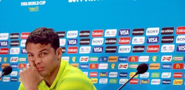 Capitão da seleção brasileira, Thiago Silva presta atenção em pergunta de jornalista