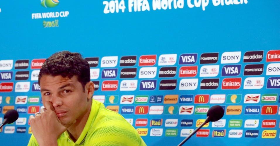 27.jun.2014 - Capitão da seleção brasileira, Thiago Silva presta atenção em pergunta de jornalista durante entrevista coletiva no Mineirão, palco do jogo contra o Chile