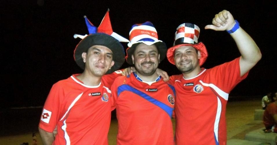 27.jun.2014 - Constarriquenhos invadem à orla de Boa Viagem para a seleção que chegou na noite desta sexta ao Recife