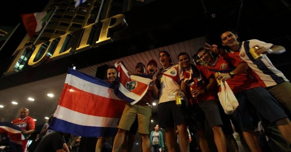 27.jun.2014 - Costarriquenhos aguardam a chegada da seleção em Recife