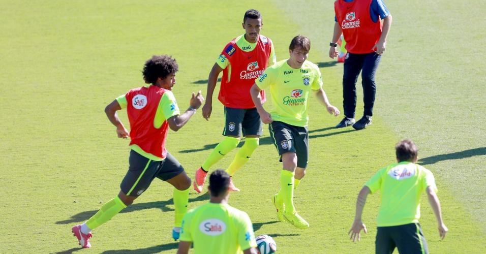 27.jun.2014 - Dante carrega a bola durante 'rachão' da seleção brasileira em treino no Sesc Venda Nova, em Belo Horizonte