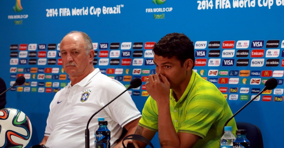 27.jun.2014 - Felipão e Thiago Silva escutam pergunta de jornalista durante coletiva no Mineirão, palco do jogo contra o Chile no próximo sábado (28/06)