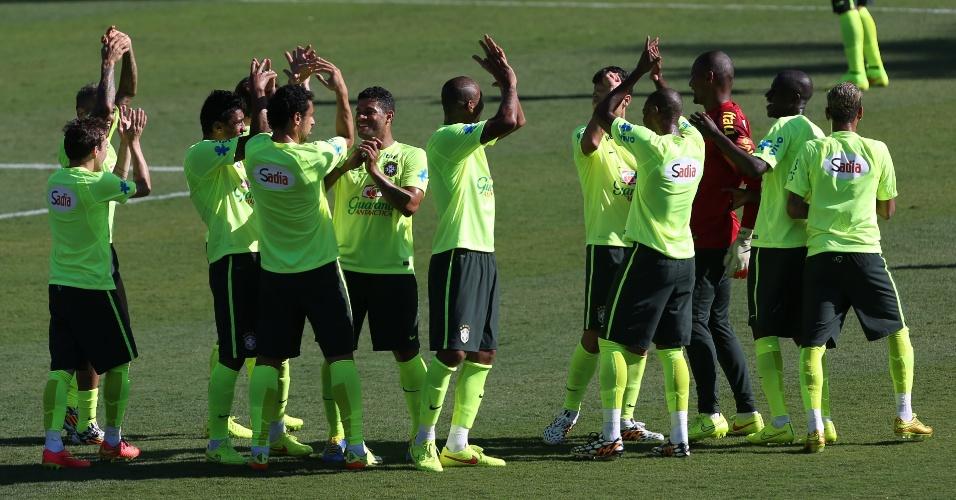 27.jun.2014 - Jogadores da seleção brasileira aplaudem fim de treino em Belo Horizonte