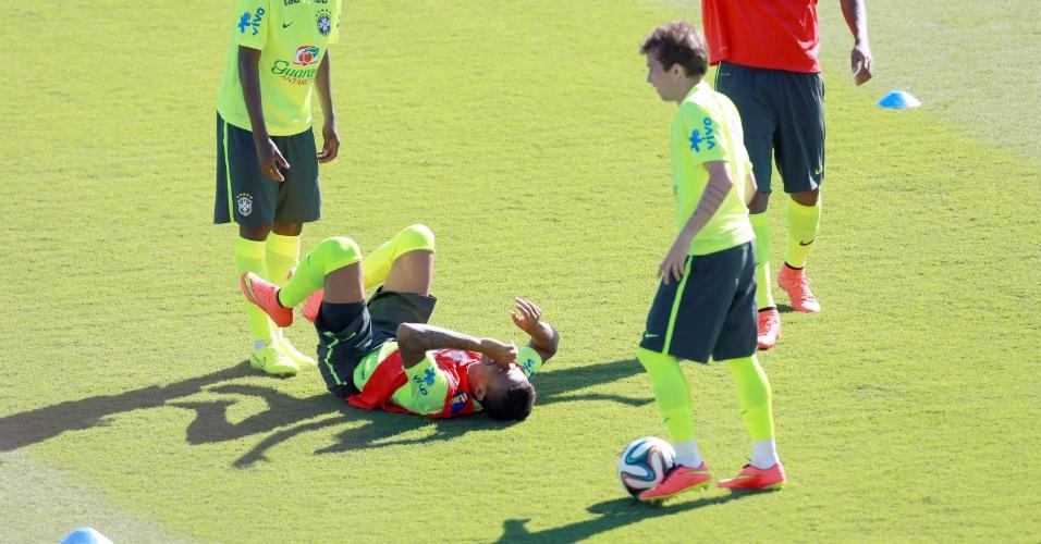 27.jun.2014 - Luiz Gustavo fica caído no gramado, rindo, em brincadeira dos jogadores da seleção durante treino
