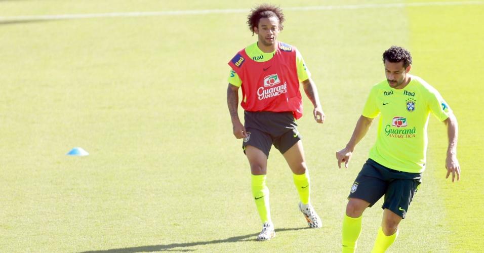 27.jun.2014 - Marcado por Marcelo, Fred domina a bola durante jogo coletivo no fim do treino da seleção nesta sexta-feira (27/06)