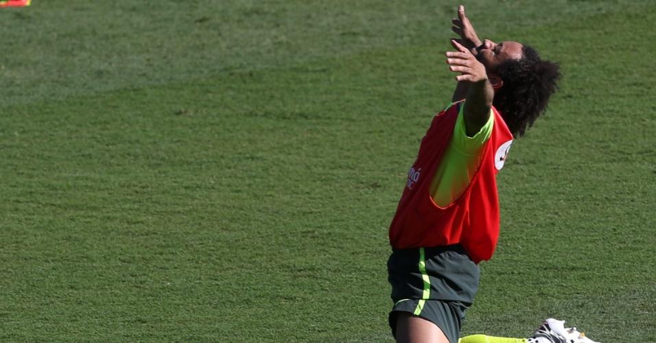 27.jun.2014 - Marcelo comemora gol no 'rachão' da seleção brasileira em treino no Sesc Venda Nova, em Belo Horizonte