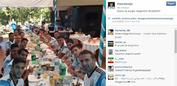 Marcos Rojo postou no Twitter foto dos jogadores da Argentina durante churrasco na Cidade do Galo