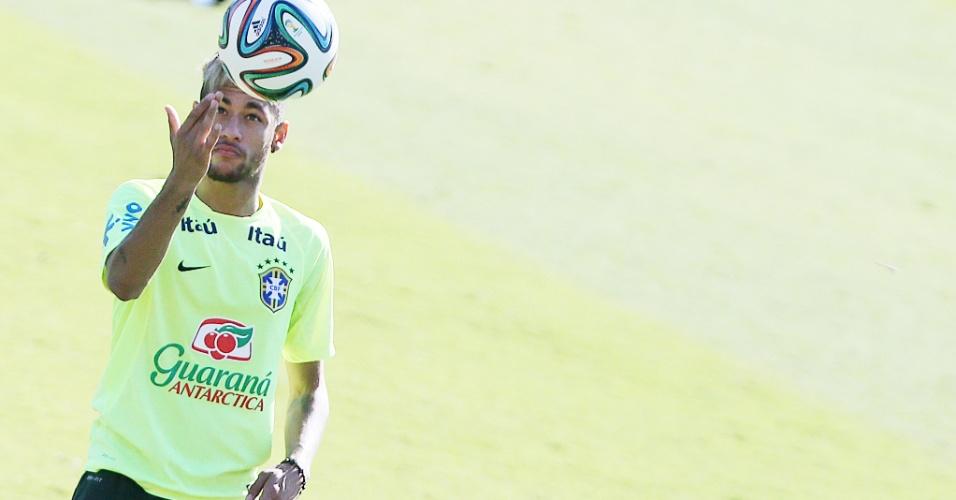 27.jun.2014 - Neymar controla bola com a mão em treino no Sesc Venda Nova, em Belo Horizonte