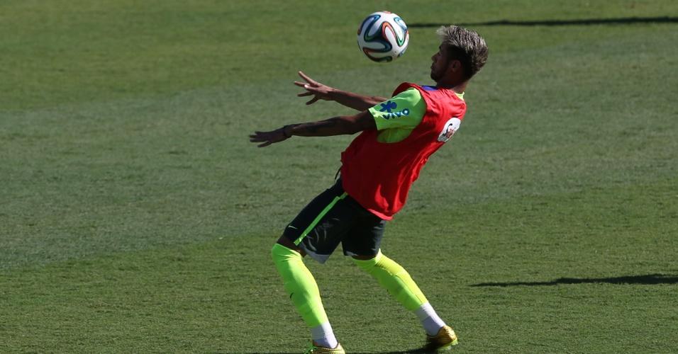 27.jun.2014 - Neymar domina a bola no peito durante treino da seleção brasileira em Belo Horizonte