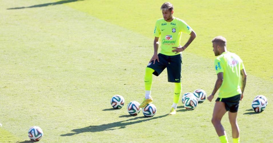 27.jun.2014 - Neymar e Daniel Alves treinam cobranças de falta no fim do treino da seleção nesta sexta-feira (27/06)