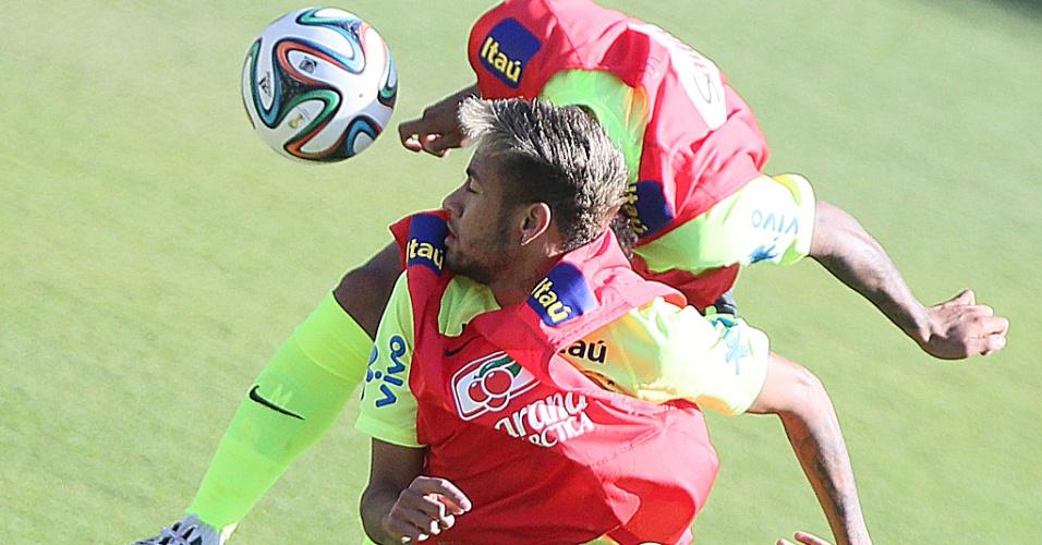 27.jun.2014 - Neymar e Marcelo disputam bola pelo alto em treinamento um dia antes do jogo da seleção brasileira contra o Chile, pelas oitavas de final