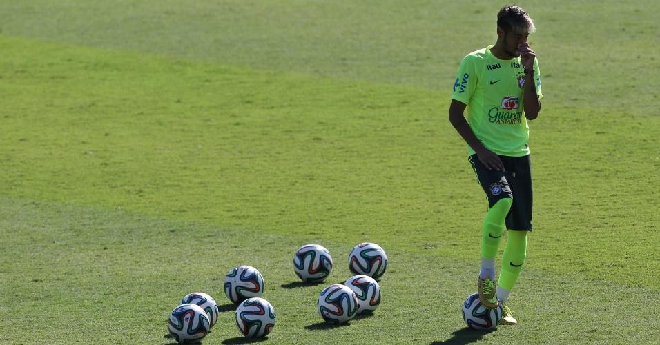 27.jun.2014 - Neymar treina cobranças de falta durante treino da seleção brasileira em Belo Horizonte