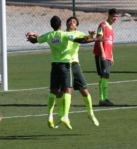 27.jun.2014 - Paulinho e Fred comemoram gol em 'rachão' da seleção brasileira durante treino em Belo Horizonte