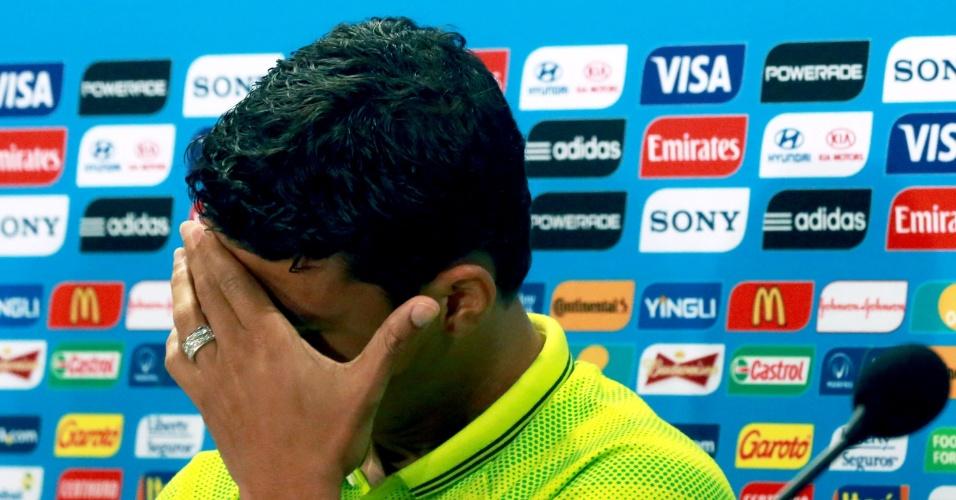 27.jun.2014 - Thiago Silva leva a mão ao rosto durante entrevista coletiva da seleção brasileira no Mineirão, palco do jogo contra o Chile pelas oitavas de final