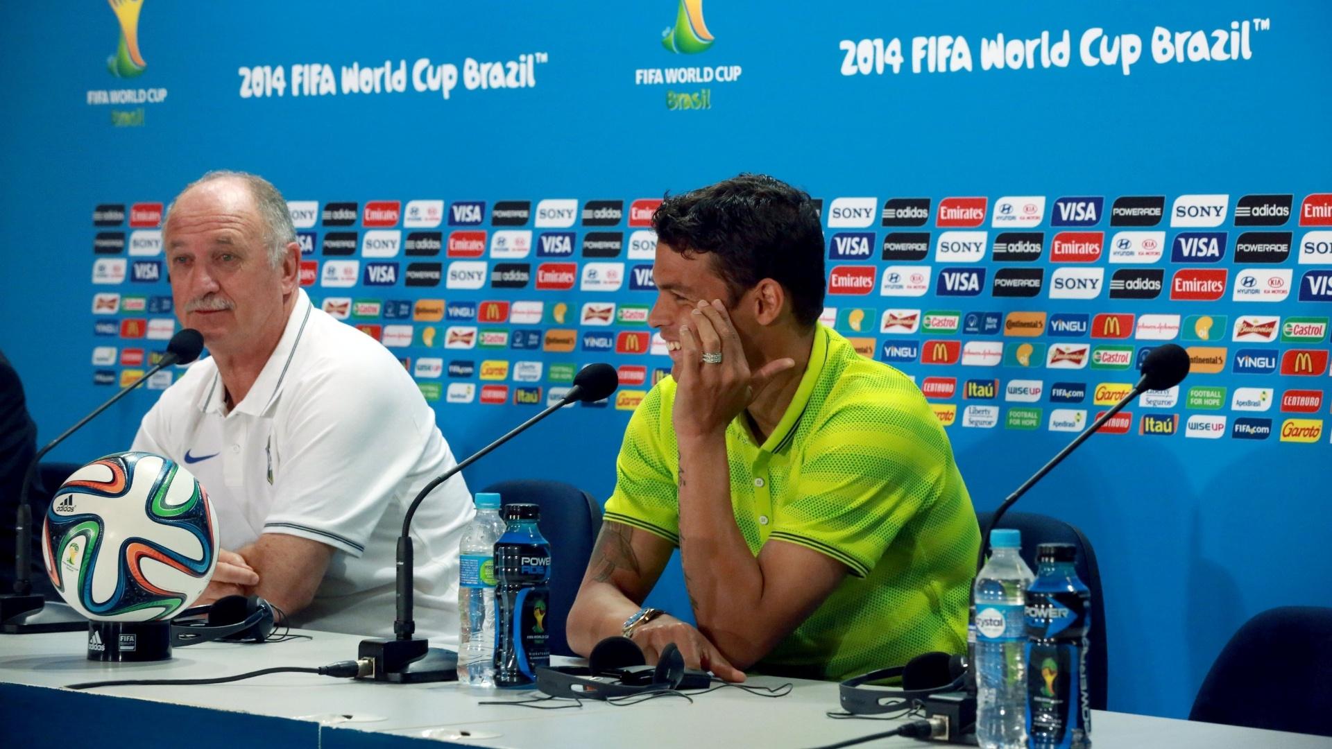 27.jun.2014 - Thiago Silva sorri com resposta de Felipão a jornalista durante entrevista coletiva da seleção brasileira no Mineirão, palco do jogo contra o Chile