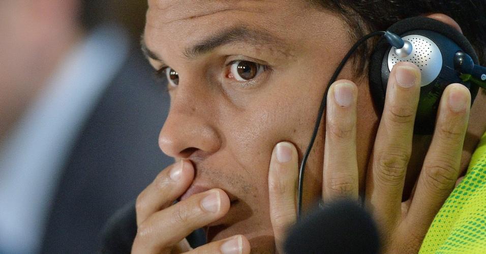 27.jun.2014 - Thiago Silva usa fones de ouvido para escutar tradução da pergunta de um jornalista estrangeiro na entrevista coletiva da seleção brasileira no Mineirão