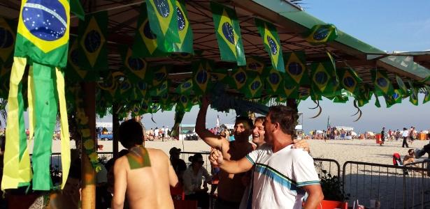 27.jun.2014 - Uruguaios e colombianos duelam no grito em quiosques da Praia de Copabacana