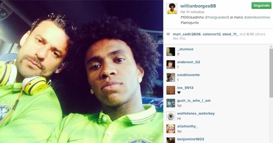 27.jun.2014 - Willian e Fred postam foto 'sem risadinha' no ônibus da seleção brasileira a caminho do hotel após treino em Belo Horizonte